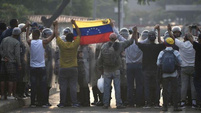 Manifestantes en la frontera con Colombia