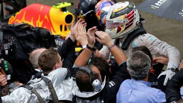 Hamilton baru bisa memenangkan GP Brasil dalam usahanya yang ke-10.