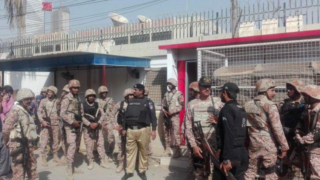 巴基斯坦武装警察赶到卡拉奇中国领馆处理袭击事件(23/11/2018)