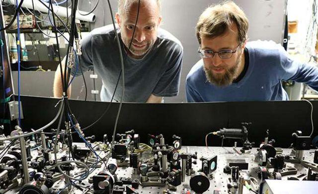 รศ. แอนเดอร์เซน (ซ้าย) และ ดร. เวย์แลนด์ ในห้องปฏิบัติการฟิสิกส์ควอนตัม