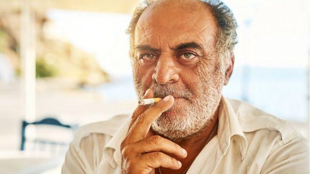 Hombre fuma en Grecia