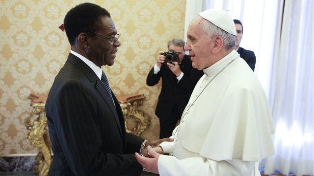 El presidente de Guinea Ecuatorial, Teodoro Obiang, junto al papa Francisco