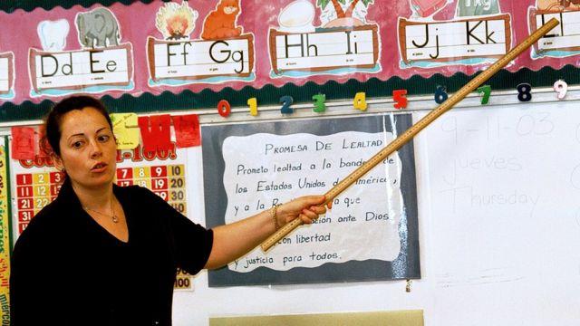 Elinde bir cetvel tutan öğretmen