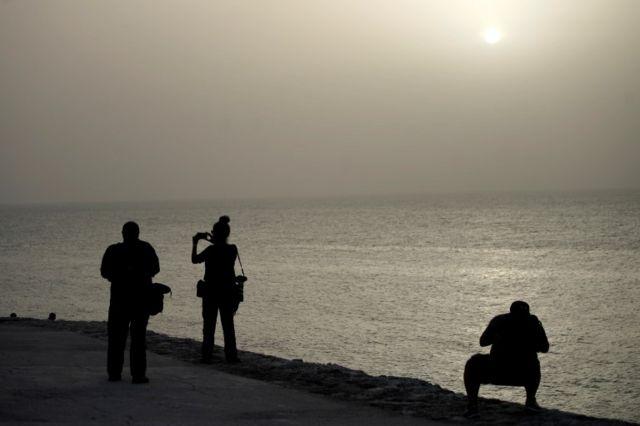 Varias personas en el Malecón de La Habana