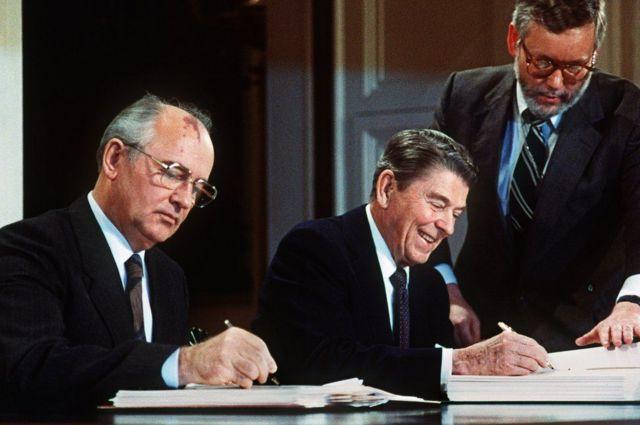 1987 में परमाणु निस्शस्त्रीकरण समझौते पर दस्तखत करते हुए राष्ट्रपति रीगन और मिख़ाइल गोर्बाचोफ़.