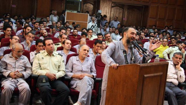 تصویری از محاکمه گروهی افراد بازداشت شده بعد از انتخابات جنجالی ۱۳۸۸