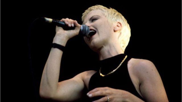 Dolores O'Riordan durante una actuación en 1994.