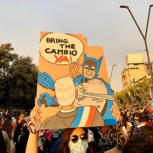 Un hombre sostiene un cartel