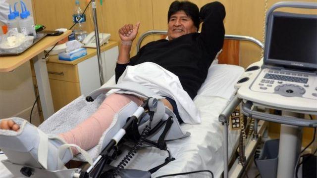 Evo Morales se recupera tras la rotura de ligamento cruzado anterior de su rodilla izquierda.