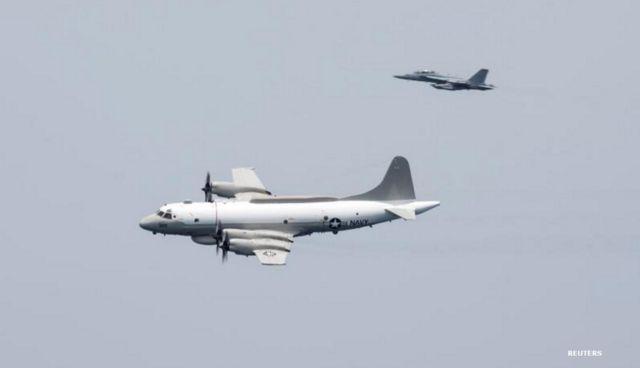 เครื่องบินลาดตระเวน EP-3E ของกองทัพเรือสหรัฐฯ และเครื่องบินรบอีกลำหนึ่ง บินผ่านเหนือเรือบรรทุกเครื่องบิน ยูเอสเอส แฮร์รี เอส ทรูแมน ในอ่าวอาหรับเมื่อเดือนเม.ย.ของปีที่แล้ว