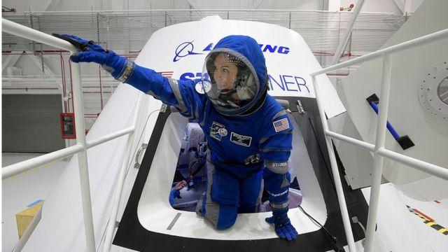 Monica Hopkins dari Boeing keluar dari CST-100 Starliner