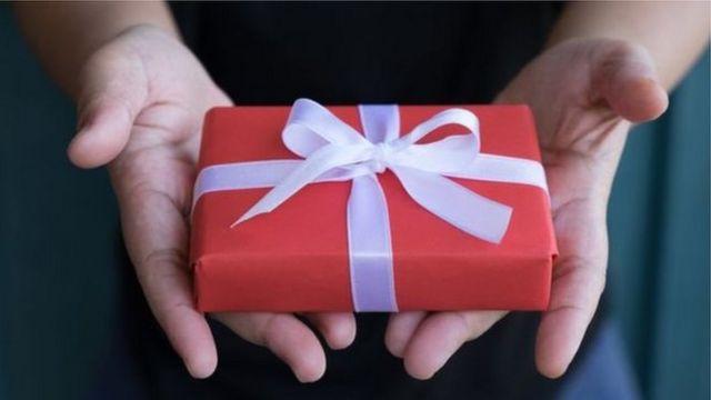 Una persona con un regalo en la mano