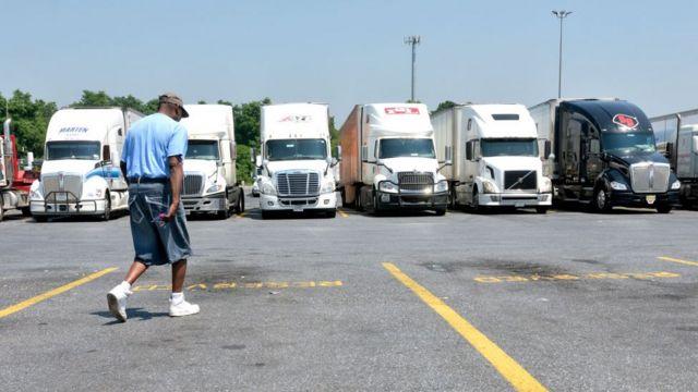 Caminhões estacionados na Pensilvânia, nos EUA