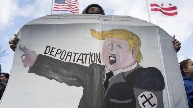 Protestocular Donald Trump'ı Adolf Hitler'e benzeten resimler de taşıdı