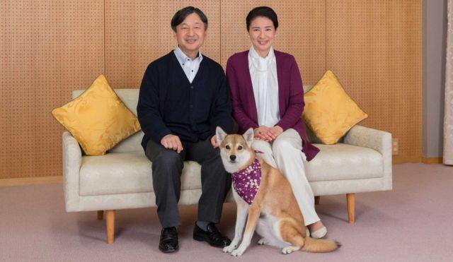 Príncipe Naruhito e a princesa Masako com o cão Yuri