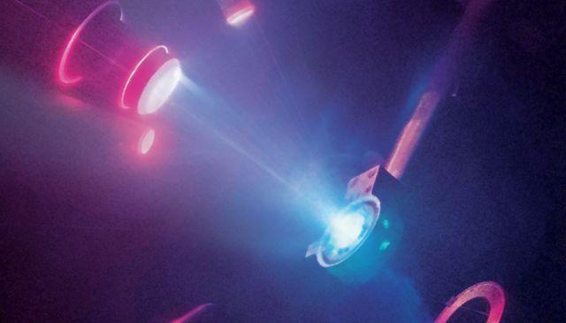 Rayos aplicados al agua para crear hielo superiónico. (Imagen: M. Millot/E. Kowaluk/J.Wickboldt/LLNL/LLE/NIF)