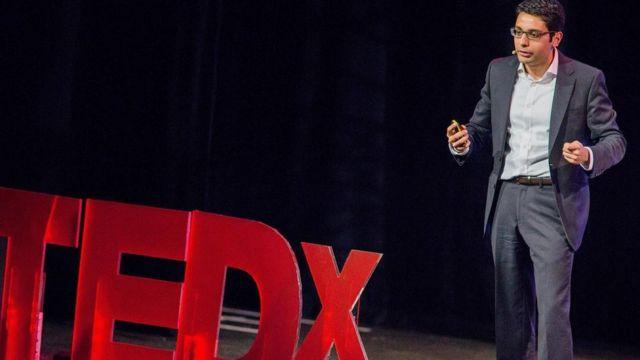 "Una persona dando una ""charla TED"" o TED Talk"
