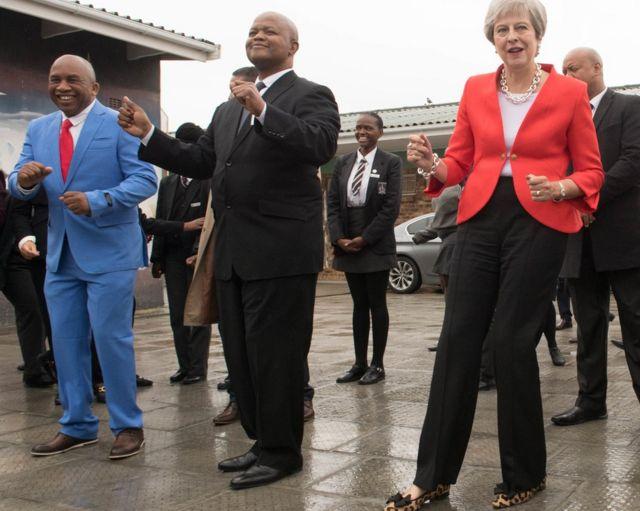 Faraminista Theresa May tana rawa a Makarantar Sakandare ID Mkhize a Gugulethu, Cape Town, a Afrika ta Kudu- a ranar Talata 28 ga watan Agusta 2018.