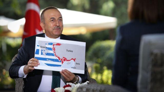 Çavuşoğlu, bir televizyon kanalında Yunanistan'ın deniz haklarına temel oluşturan Sevilla Haritası'nı gösteriyor
