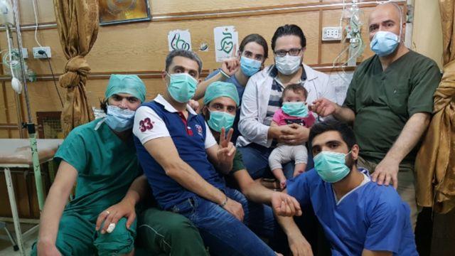 Hamza al Kateab junto al equipo médico del hospital al Quds, fundado en el este de Alepo en 2012.