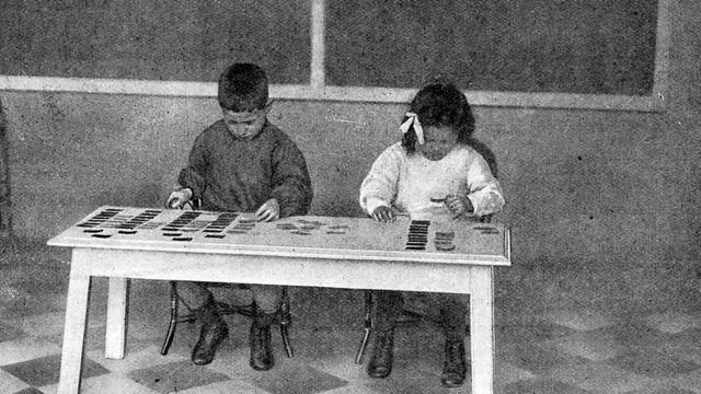 Niños siguiendo el método montessori.