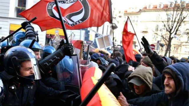 ဆန္ဒပြသူတွေနဲ့ ရဲအဖွဲ့ ထိပ်တိုက်ပဋိပက္ခဖြစ်ပွား