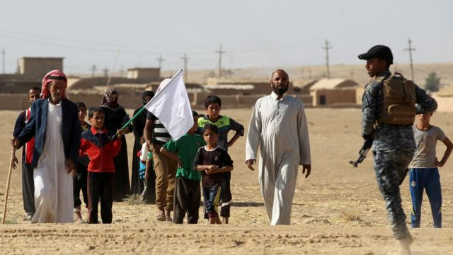 モスルから南30キロのバジワニヤ村から避難した人たち(18日)