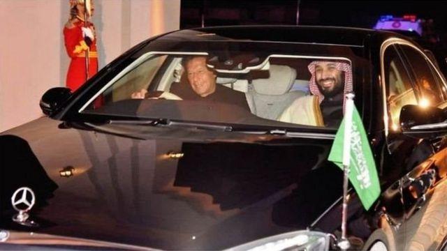 प्रधानमंत्री इमरान ख़ान क्राउन प्रिंस को अपनी गाड़ी में बिठाकर प्रधानमंत्री निवास लेकर आए