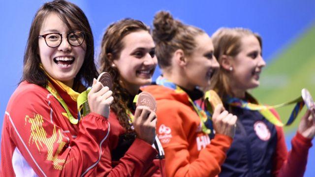La nadadora china Fu Yuanhui sonríe con su medalla de bronce en la categoría de 100 metros espalda.