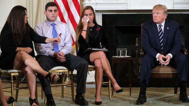 Trump con supervivientes de la masacre de Parkland.