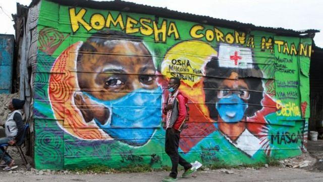 Des artistes ont peint des graffitis dans la capitale du Kenya, Nairobi, pour montrer leur soutien aux travailleurs de la santé