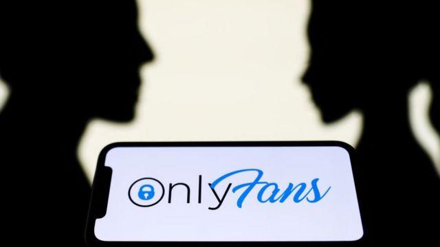Celular con el logo de OnlyFans y dos perfiles de fondo