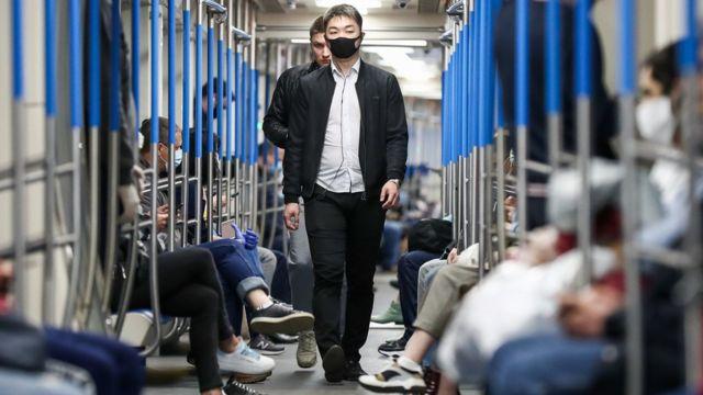 """Власти Москвы объясняли введение """"масочного режима"""", в том числе в метро, тем, что восстанавливается работа предприятий и строительство"""