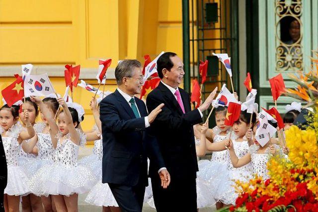 지난해 3월 베트남을 찾은 문재인 대통령이 쩐 다이 꽝 주석과 환영 행사장에 들어서고 있다