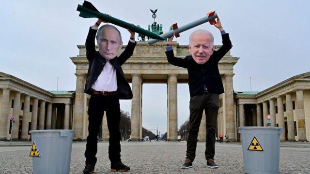 акция пафицистов в масках Байдена и Путина в Берлине в начале 2021 года