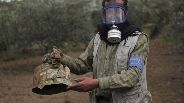 Активист оппозиционного отряда демонстрирует канистру, в которой, как утверждают оппозиционеры, находился хлор