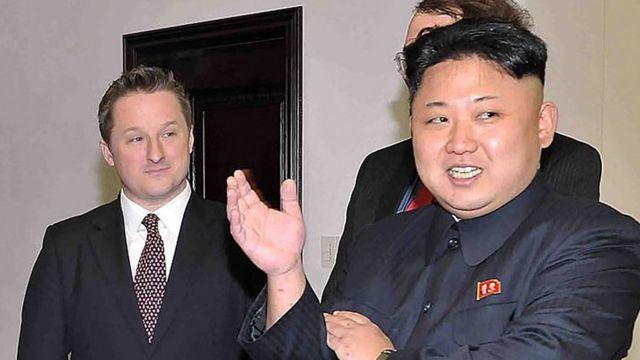 2014年,金正恩与罗德曼在朝鲜会面时,迈克尔(左)在一旁陪同。