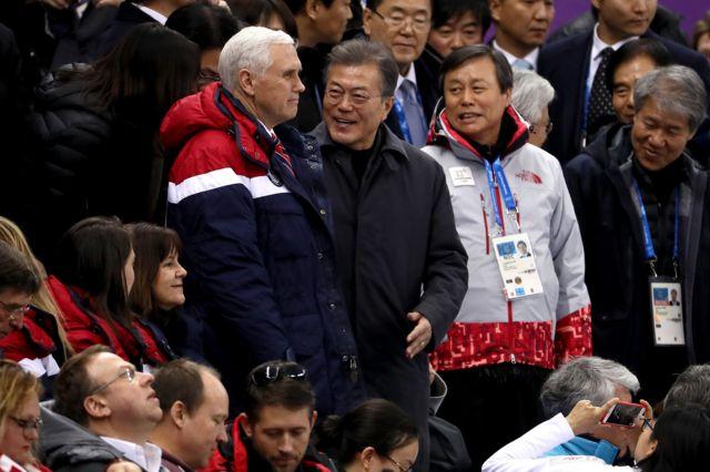 مایک پنس، معاون رئیس جمهور آمریکا، به همراه رئیس جمهور کره جنوبی در روز اول المپیک زمستانی کره جنوبی