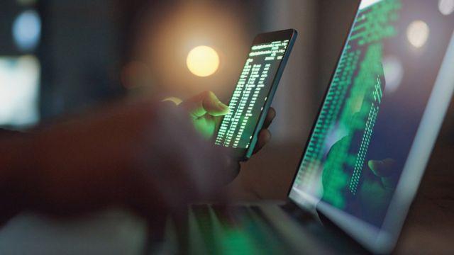 Una pantalla y unas manos