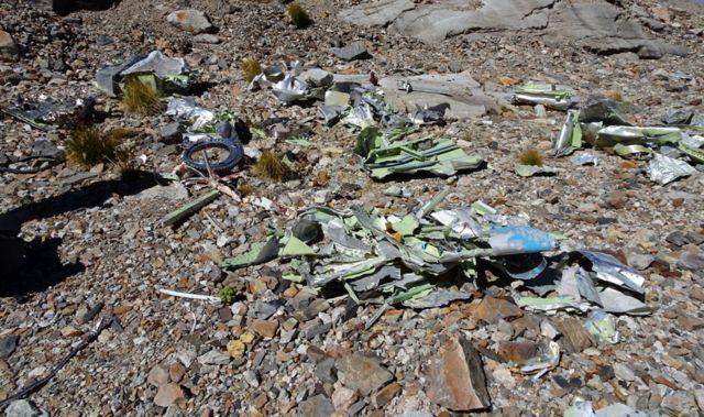 Algunos de los restos del avión en el sitio inferior.