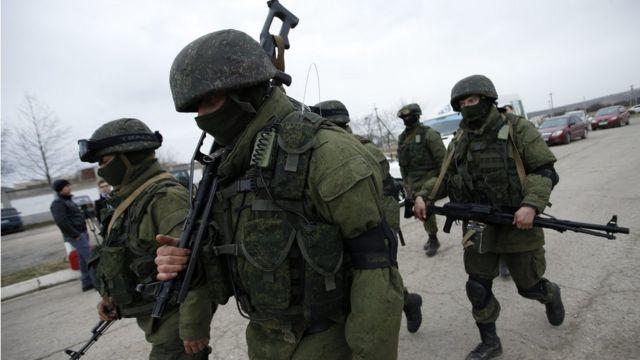 Военнослужащие, предположительно считающиеся российскими, в Крыму в 2014 году