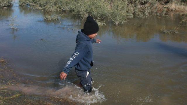 niño cruzando el río.