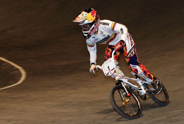Mariana Pajòn en una bicicleta.