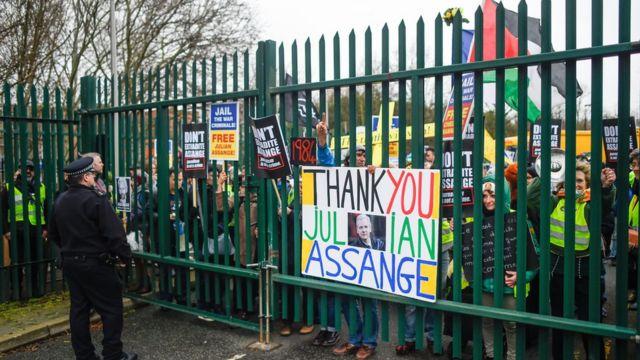 Skup podrške Asanžu ispred zgrade suda