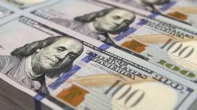 Une partie de l'argent a pu être récupérée et gardée par les autorités qui suspectent deux personnes.