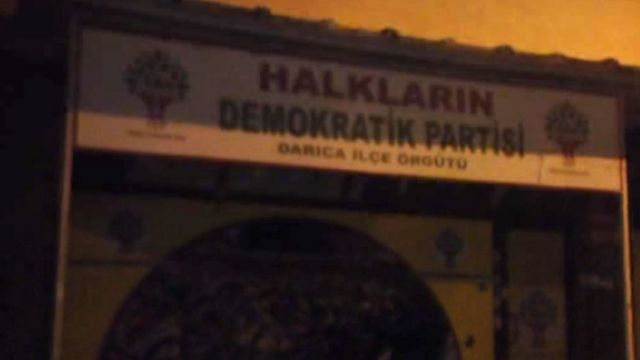 Kocaelinin Darıca rayonundakı HDP binasına atəş açılıb