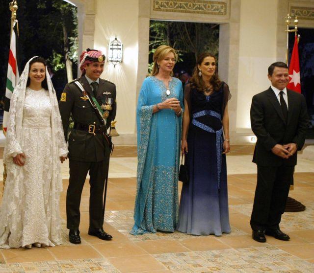 ملک عبداله و همسرش ملکه رانیا در مراسم عروسی شاهزاده حمزه در سال 2004 - ملکه نور مادر حمزه وسط ایستاده است