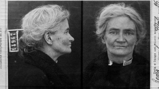 فيوليت غيبسون تنحدر من أسرة انجليزية-أيرلندية ثرية في دبلن