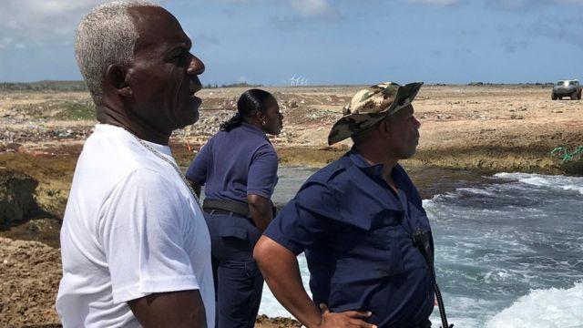 Vigilantes en la costa.