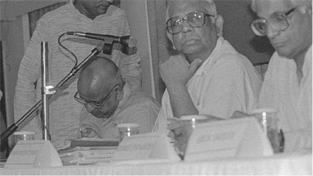 1994 జూన్ 11న దిల్లీలో జరిగిన ఓ సమావేశంలో సోమ్నాథ్ ఛటర్జీ, జార్జి ఫెర్నాండెజ్లతో టీఎన్ శేషన్ (మైకు కింద వ్యక్తి)